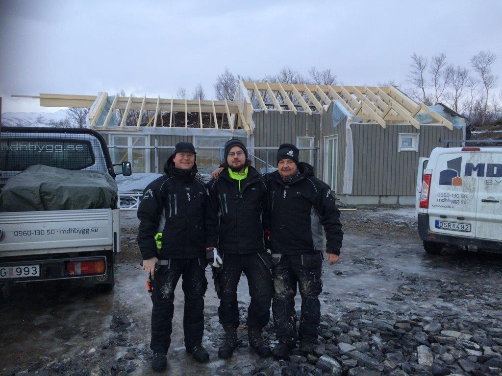 Tre av våra glada och kompetenta arbetare i full färd med att montera våra sjöhytter i Inndyr Norge
