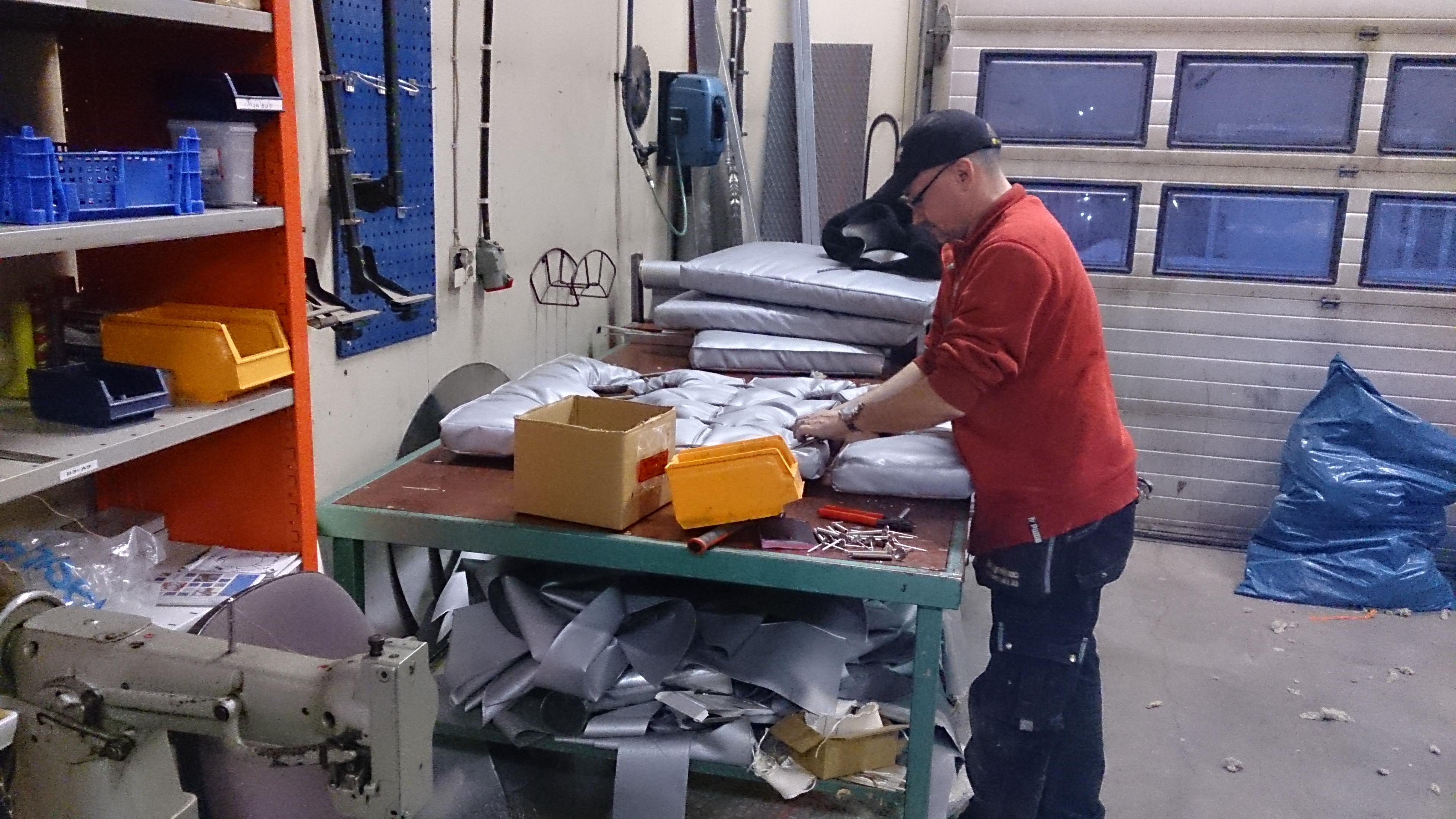 """En mycket skicklig tillverkare av så kallade """"Isolermadrasser"""" är våran Jocke Åman. Här tillverkar han en madrass till en av våra stora kunder SUNPINE."""